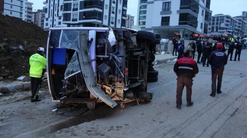 Belediyenin işçi servisi devrildi: Ölü ve yaralılar var