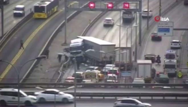 İstanbul'da TIR metrobüs yoluna girdi! Trafik kilitlendi
