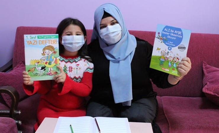 Kızıyla birlikte uzaktan eğitime katılan anne okuma yazma öğrendi