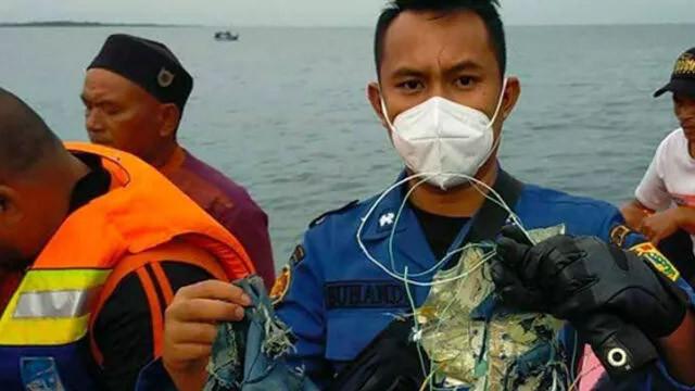 Endonezya'da kaybolan uçaktan acı haber