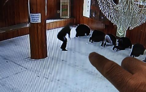 Camide ''namaz kılar gibi yapan'' hırsızın hırsızlık anı kamerada!
