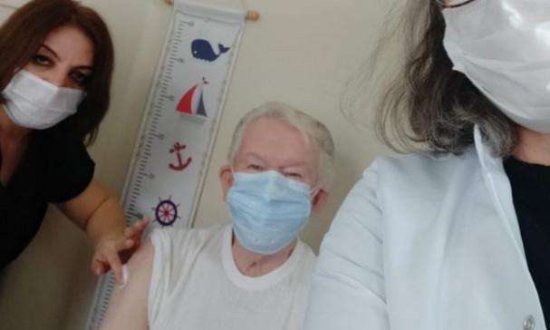 Uğur Dündar da koronavirüs aşısı oldu
