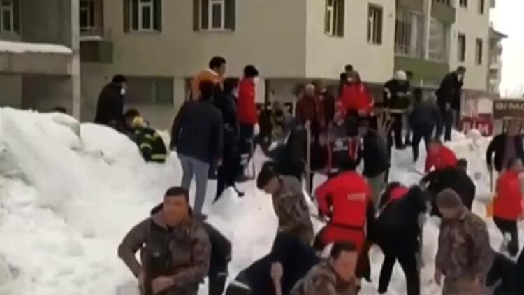 Bitlis'te panik! Kar kütlesi altında kaldılar
