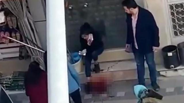 16 yaşındaki kızını sokak ortasında bıçakladı