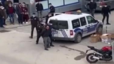 Öz kızını sokak ortasında bıçakladı!
