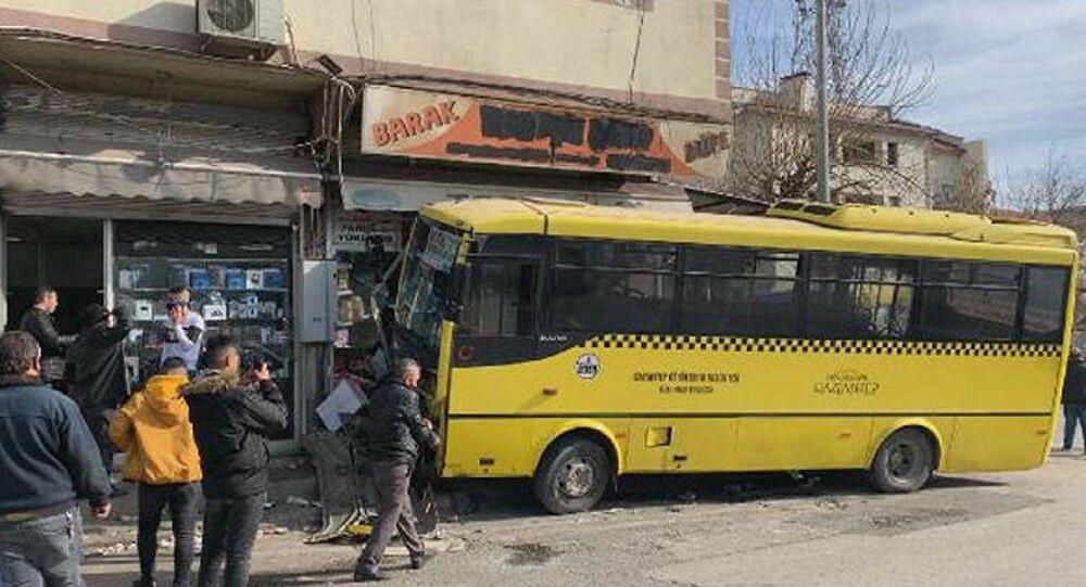 Taksi ile çarpışan otobüs büfeye daldı: 1 ölü, 9 yaralı