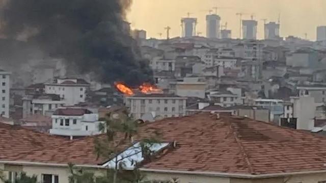 Ümraniye'de bir binanın çatısında yangın