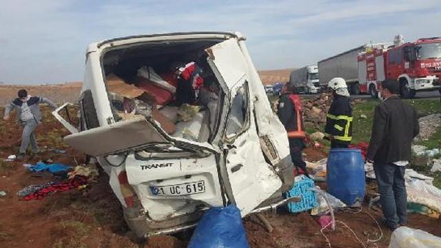 Tarım işçilerini taşıyan minibüs kaza yaptı: 13 yaralı