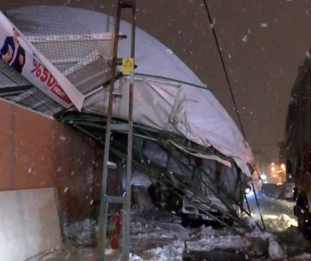 İstanbul'da kardan çatı çöktü! 6 Araç altında kaldı