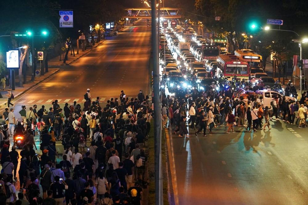 Tayland'da sular durulmuyor! Binlerce gösterici sokağa indi