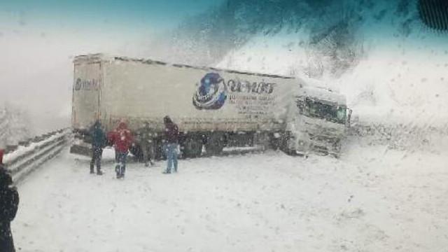 Bursa'da kar yağışı sonrası kayan TIR, trafiği alt üst etti