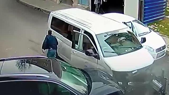 Film gibi olay! Çalıntı minibüsle kaçarken polis aracına çarptı