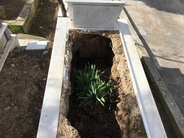 Aşırı yağış mezarları bu hale getirdi!