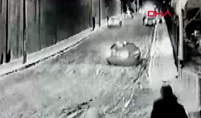 Anne ve babanın kayan araçtaki çocuklarını kurtarma çabası kamerada