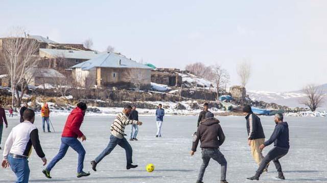 Yüzeyi buz tutan Nazik Gölü'nde futbol oynadılar