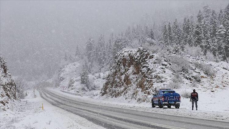 Kara kış hayatı felç etti! 4 ilde ulaşıma kar engeli