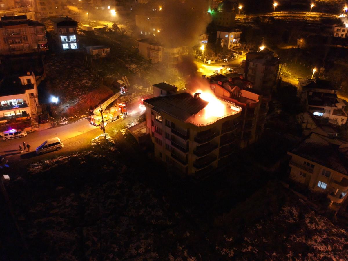 Korkutan yangın! Apartman alev topuna döndü