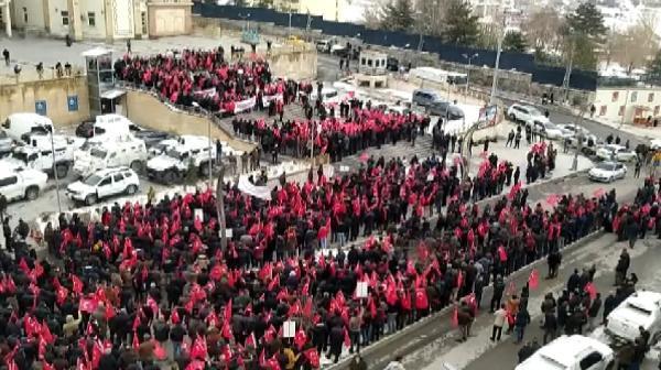 Binlerce vatandaş ellerinde Türk Bayrakları'yla sokağa indi!