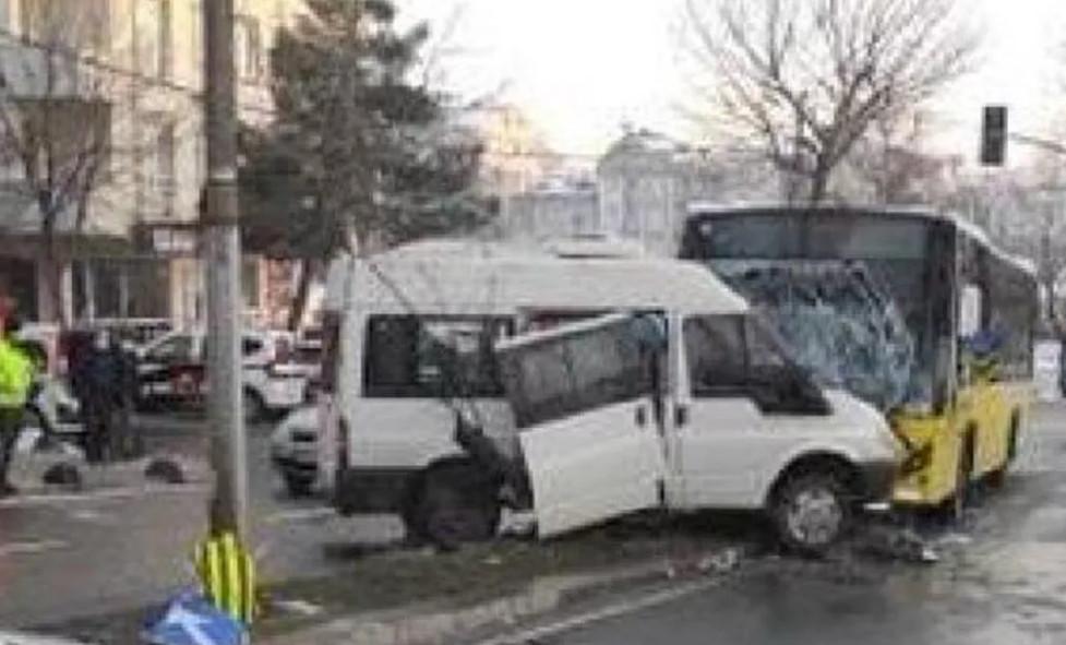 İETT otobüsüyle minibüs çarpıştı! Yaralılar var