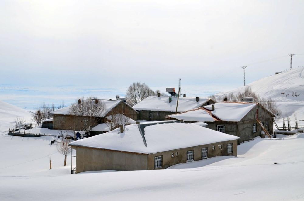 Beyaz kabus geri döndü! Tek katlı evler kara gömüldü