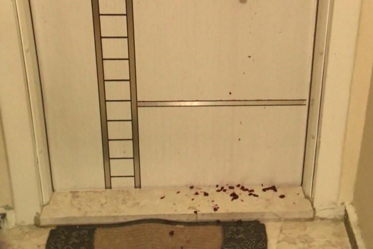 Bir garip komşu kavgası! Kapısına reçel döktü