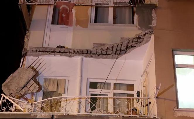 İstanbul'da bir binanın balkonu çöktü