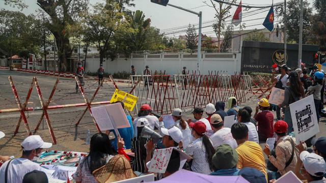 Myanmar'da darbecilere karşı isyan!