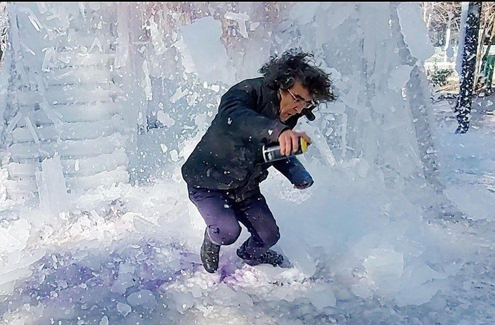 Üzerine düşen buz kütlesinden son anda kurtuldu - Resim: 1