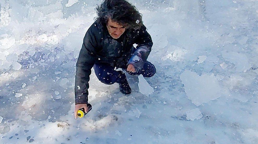 Üzerine düşen buz kütlesinden son anda kurtuldu - Resim: 2