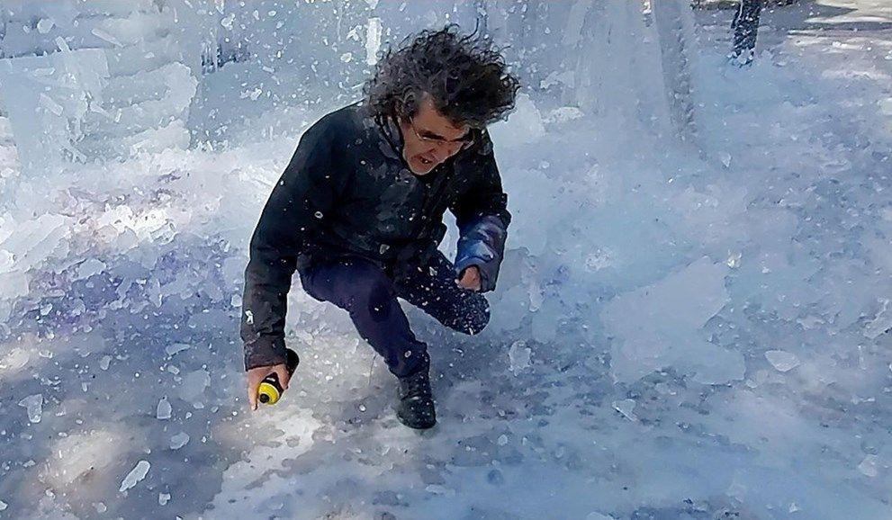Üzerine düşen buz kütlesinden son anda kurtuldu - Resim: 3