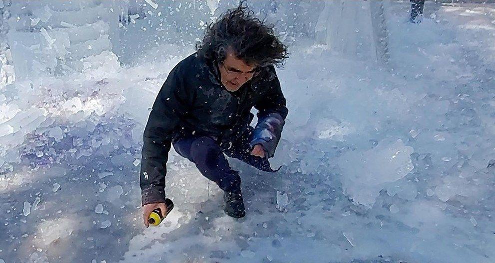 Üzerine düşen buz kütlesinden son anda kurtuldu - Resim: 4