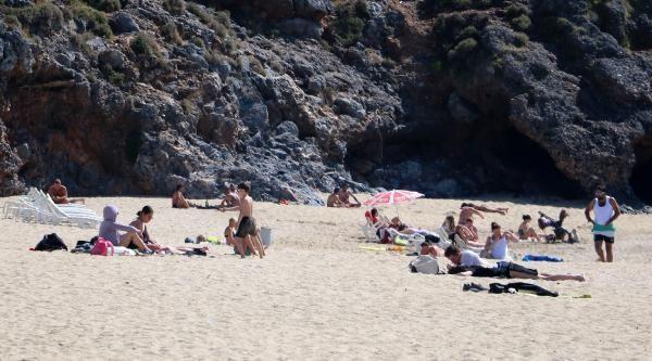 Kısıtlamadan muaf turistler güzel havanın keyfini denizde çıkardı - Resim: 1