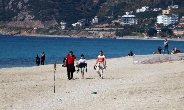 Kısıtlamadan muaf turistler güzel havanın keyfini denizde çıkardı - Resim: 2