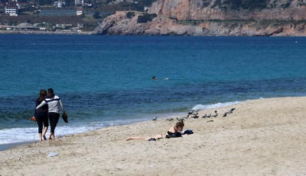 Kısıtlamadan muaf turistler güzel havanın keyfini denizde çıkardı - Resim: 4