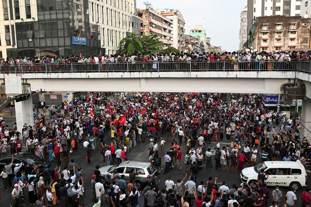 On binlerce kişi darbeye karşı sokağa indi - Resim: 2
