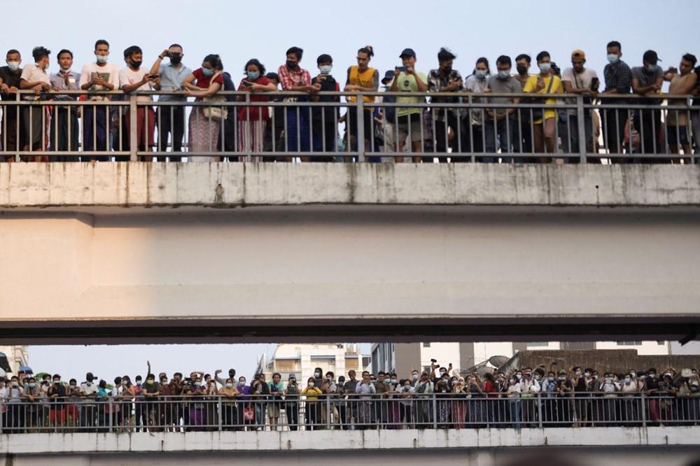On binlerce kişi darbeye karşı sokağa indi - Resim: 3