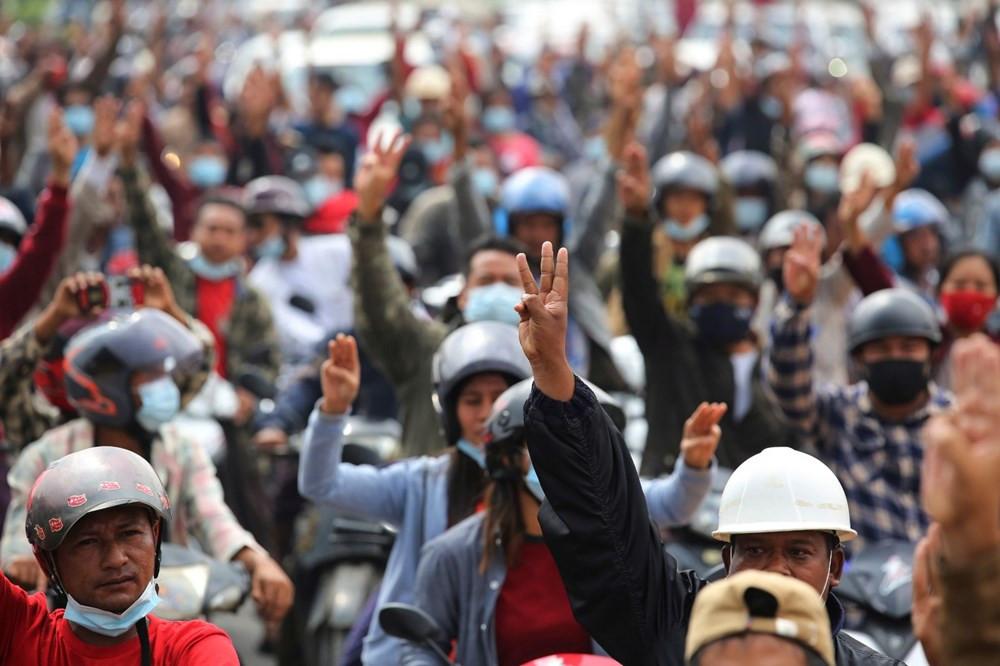 On binlerce kişi darbeye karşı sokağa indi
