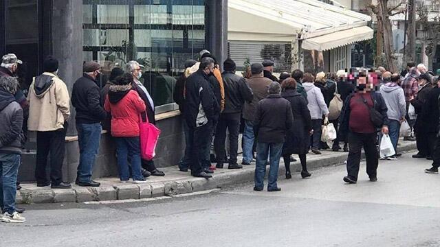 Yunanistan'da bedava yemek için metrelerce kuyruk oluştu