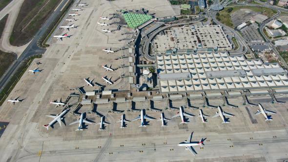 Atatürk Havalimanı'nda onlarca uçak yolcularını bekliyor