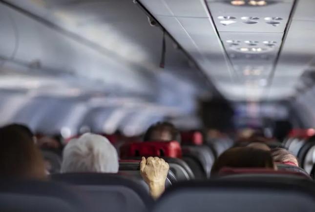 Yolcu uçağında panik! Pilotlara saldırınca, uçak acil iniş yaptı!