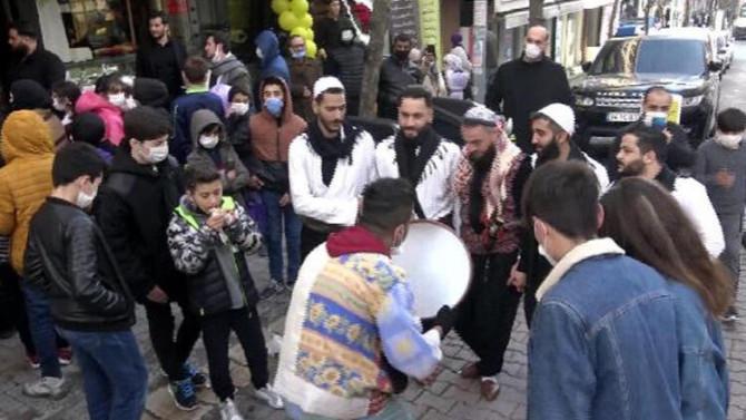 İstanbul'da halaylı, palyaçolu açılışa polis müdahalesi