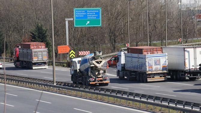 TEM'de TIR kazası kilometrelerce araç kuyruğu oluşturdu
