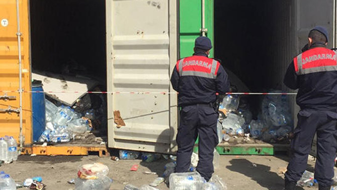 Limandaki 2 konteynerin içinden 55 sığınmacı çıktı