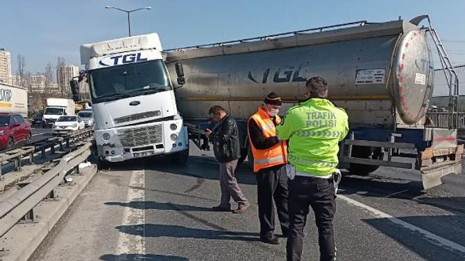 TEM'de TIR kazası! Trafik kilitlendi