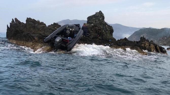 Kayalıklara çarpan teknede ölümden döndüler