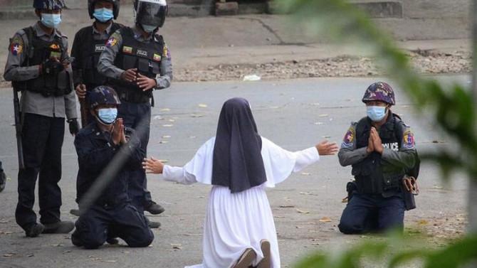 Dünya bu kareyi konuşuyor: Rahibe diz çöküp yalvardı