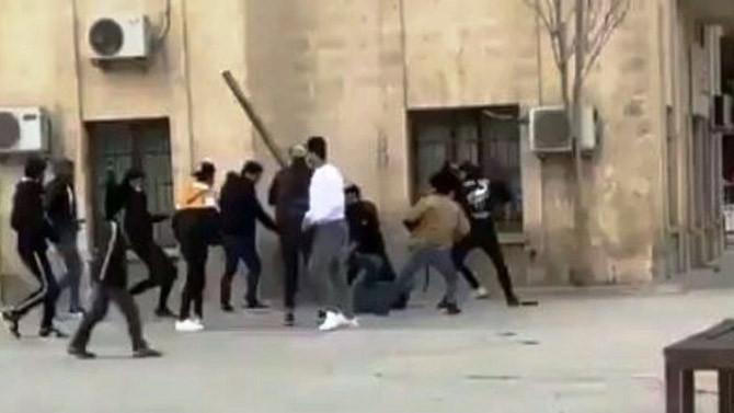 Şoke eden görüntüler! 15 kişilik grubun saldırısına uğradı
