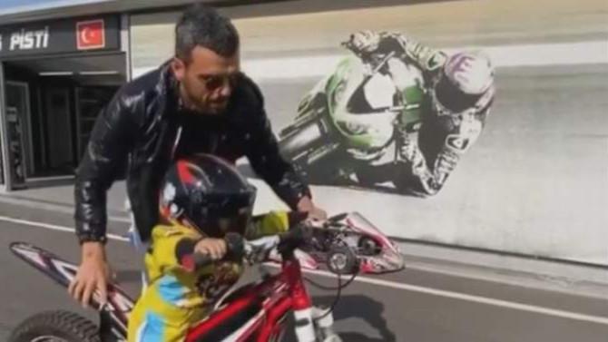Sofuoğlu'nun 1,5 yaşındaki çocuğu motosiklet kullandı, ortalık karıştı!