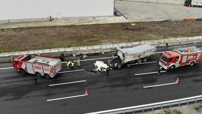 Çatalca'da TIR'a çarpan kamyonun sürücüsü öldü