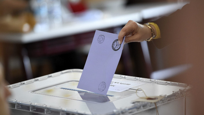 Erdoğan'ın masasındaki seçim sistemini canlı yayında açıkladı